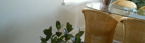 De plintverwarming van Wanpan gemonteerd aan de buitengevel op een zolderkamer