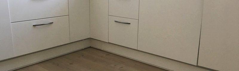 Plint verwarming verzonken onder de keuken. Zuinige verwarming als hoofd verwarming geplaatst in de keuken